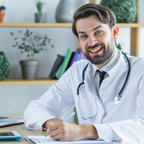 médico-feliz-conferindo-as-consultas-marcadas-depois-de-descobrir-o-que-é-lead-e-implementar-estratégias-de-inbound-marketing (1)